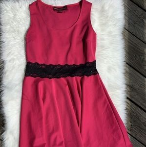 Skater mini magenta dress with black lace👗